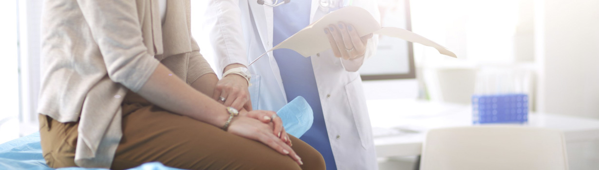 Médico atendendo uma paciente.