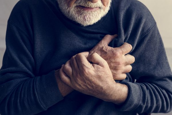 O que fazer para ajudar alguém que tenha um infarto?